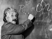 Albert Einstein mentre scrive alla lavagna l'Equazione della Relatività Generale